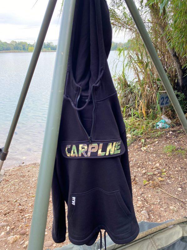 karpervis hoodie CarpLne met borstzak camou